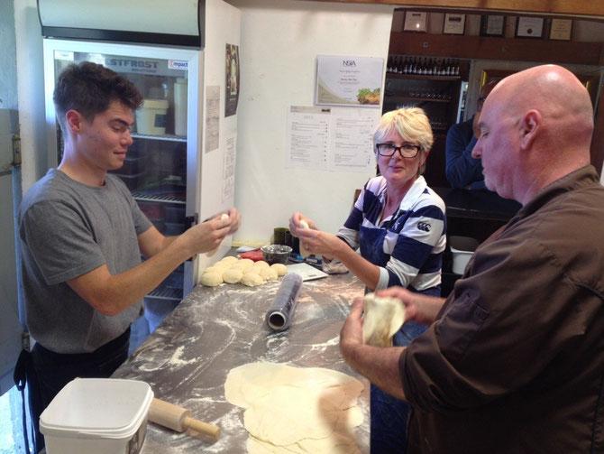 Kirk, Mandy und Chefkoch beim Pizza backen