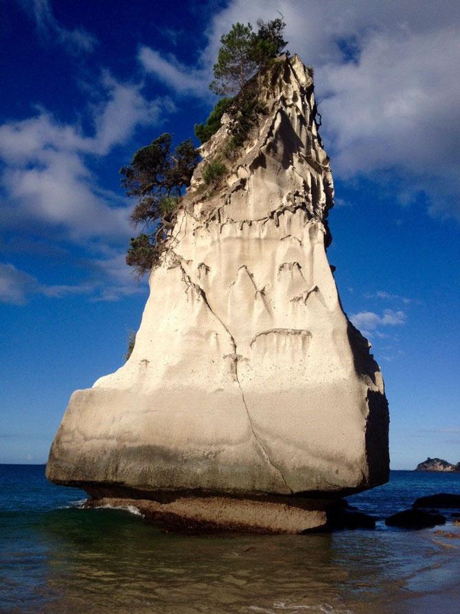 Freistehender Felsen im Wasser