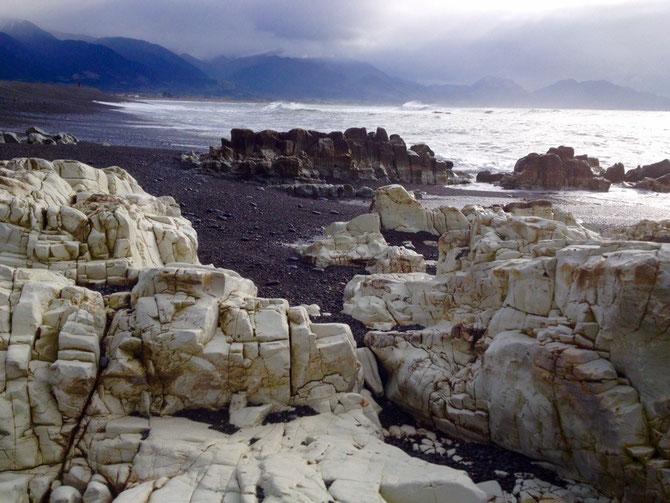 Verrückte Felsen am Wasser