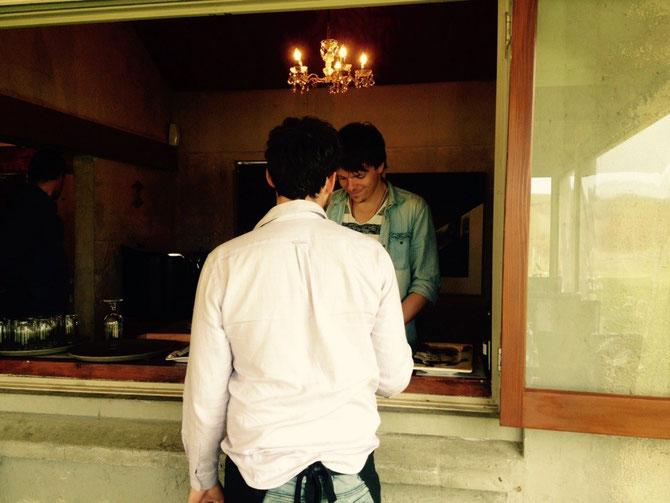 Jeremy und Constantin beim Kellnern