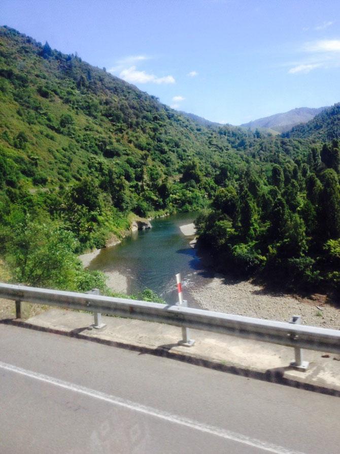Überall Berge und Flüsse auf der Busfahrt