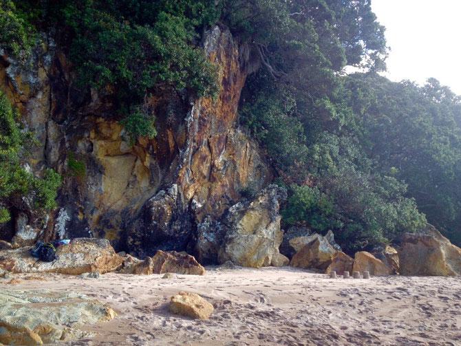 Felsenwände neben dem Beach