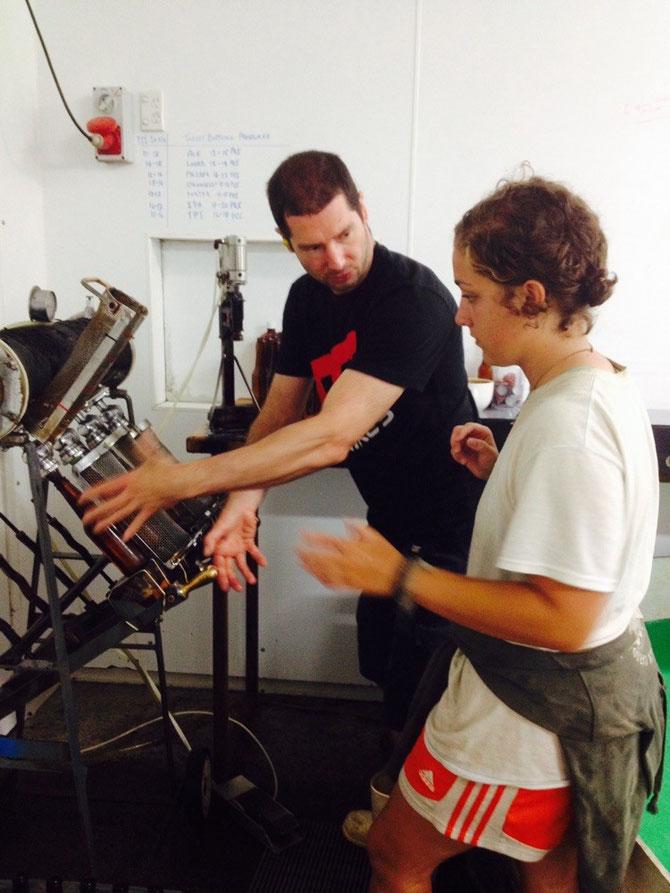 Miquel erklärt Robyn wie man die Maschine benutzt