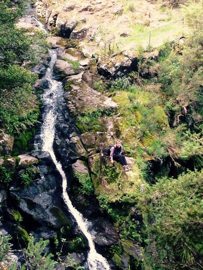 Direkt am kleinen Wasserfall