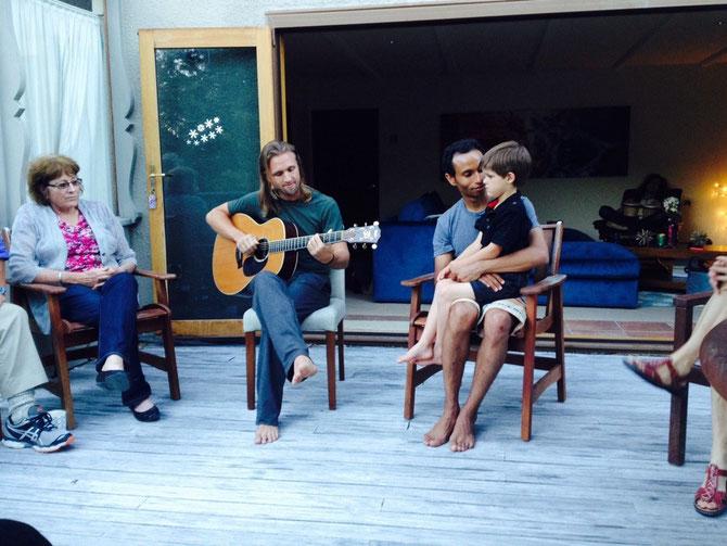 Elijah an der Gitarre / daneben Yoseph und Shannons Sohn!