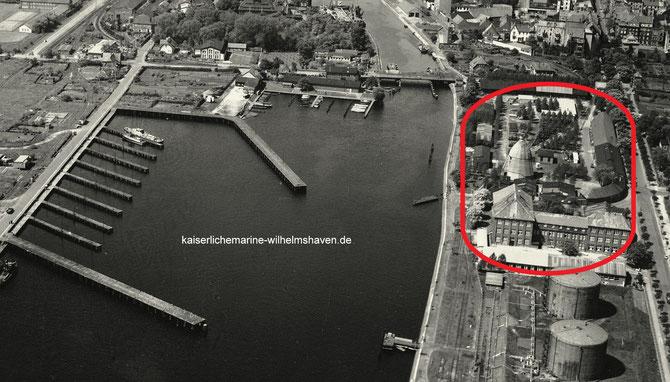 Rot umrandet der Hafenbauhof des Hafenbauressorts der Kaiserlichen Werft an der heutigen Weserstraße (rechter Bildrand), gegenüber der Wiesbadenbrücke/Kohlenzunge; Foto aus den 50er-Jahren