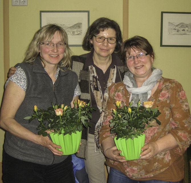 Dankeschön des Vorstands an das Team der Kinderstube: links: SABINE KLUMBACH, Mitte: Vorsitzende SIBYLLE STROBEL, rechts: ANITA HOFFMANN (auf dem Foto fehlt HEIKE SCHMID))