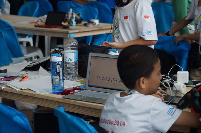 Die Chinesen mit ihren MacBook Airs mit Windows Application und Robolab *Hust*