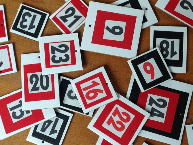 Rot -Weiß -Schwarz Kärtchen mit Adventskalenderzahlen