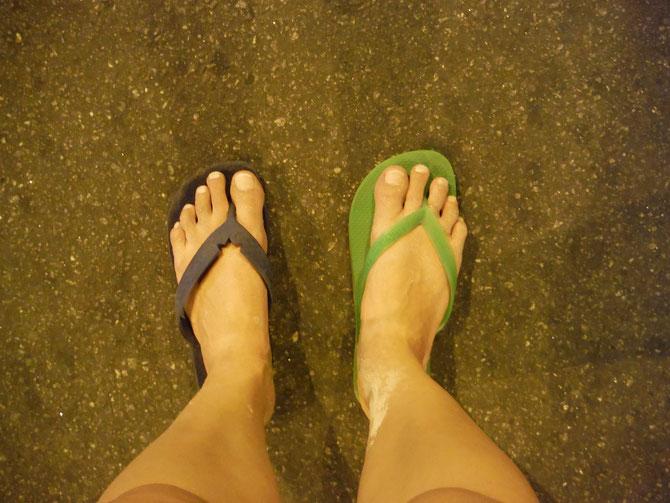Zwei linke Füße? Nein, nur zwei linke Flip-Flops