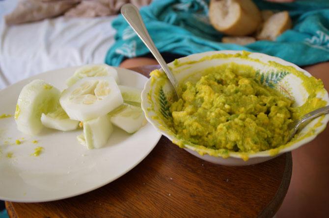 Immer und immer und immer und immer wieder Guacamole mit trockenem Brot.