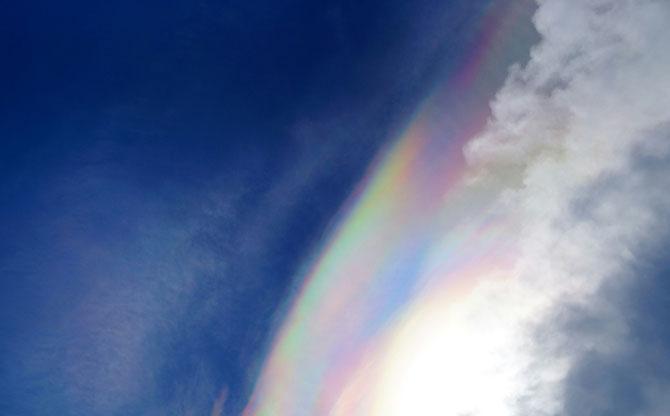 Dafür bot der Himmel einen schönen Anblick. Die Sonne schien so durch die Wolken, dass sich eine Art Regenbogen gebildet hat.