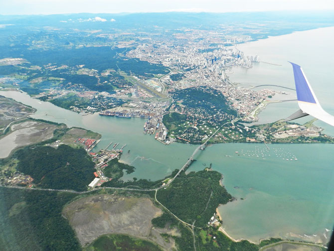 Panama City und Panama-Kanal aus der Vogelperspektive im Flugzeug