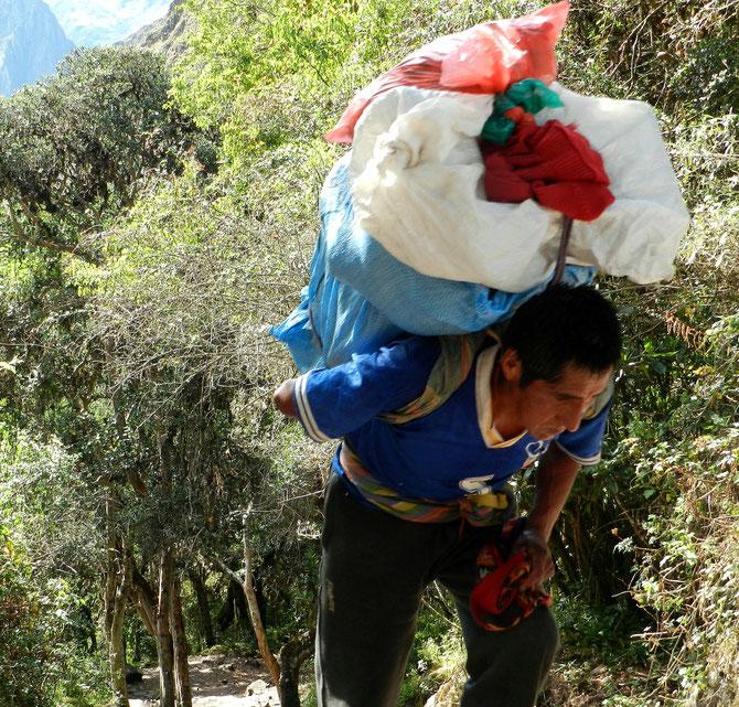 Als würden sie nichts als Luft tragen: Die Träger des Inka-Trails leisten unglaubliche Arbeit