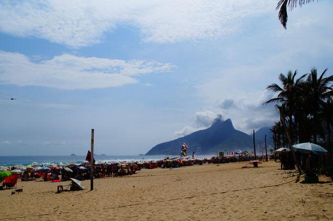 Die Copacabana an einem normalen Sommertag - fast so voll wie an Silvester. FAST.