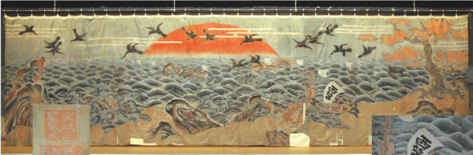 Main stage curtain of the Nishi-Shioko Revolving Stage. It is a drawn curtain measuring 3.3 m in height and 11.5 m in width. Produced by sewing together 36 sections of cloth, it was dyed using the glue resist dyeing method. (1820)