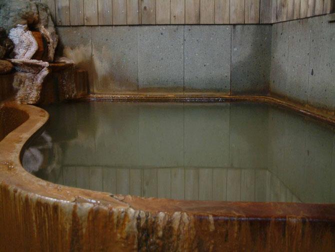 温泉津温泉は1300年前にタヌキが見つけた温泉と言われています。  旅館ますやでは天然掛け流しの温泉を2つご用意しております。