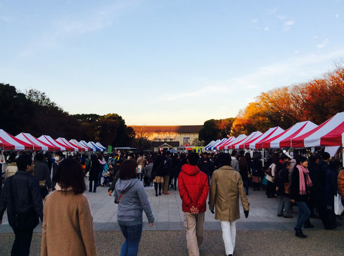 天気にも恵まれ、大盛況の上野公園噴水広場