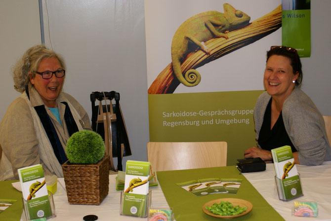 Unser Stand der Gesundheitswoche im DEZ mit der Vertreterin von KISS Regensburg, Frau Rinkl