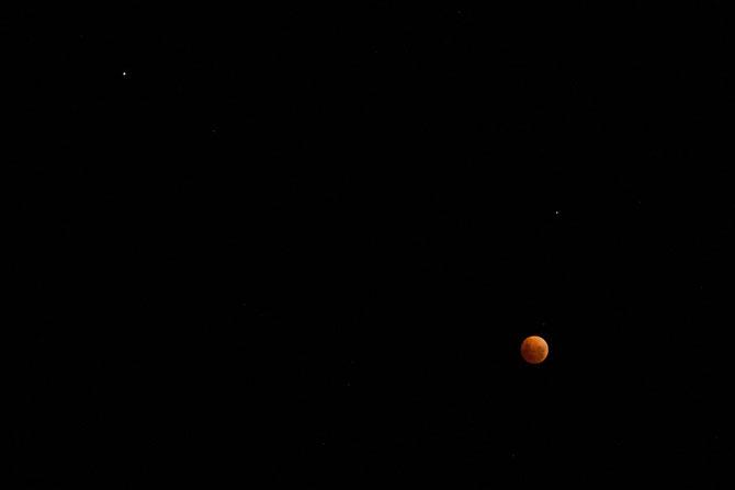 La Lune et Mars en haut à gauche