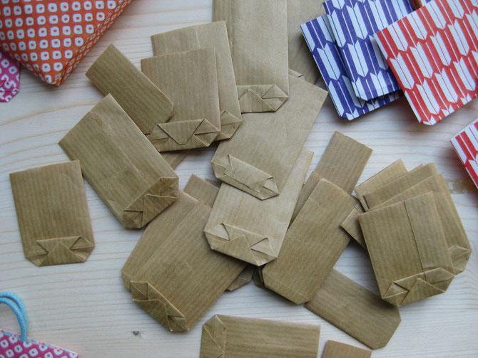 Diese Tüten aus Packpapier habe ich als Kind geklebt. Die länglichen Tüten sind für Brot.