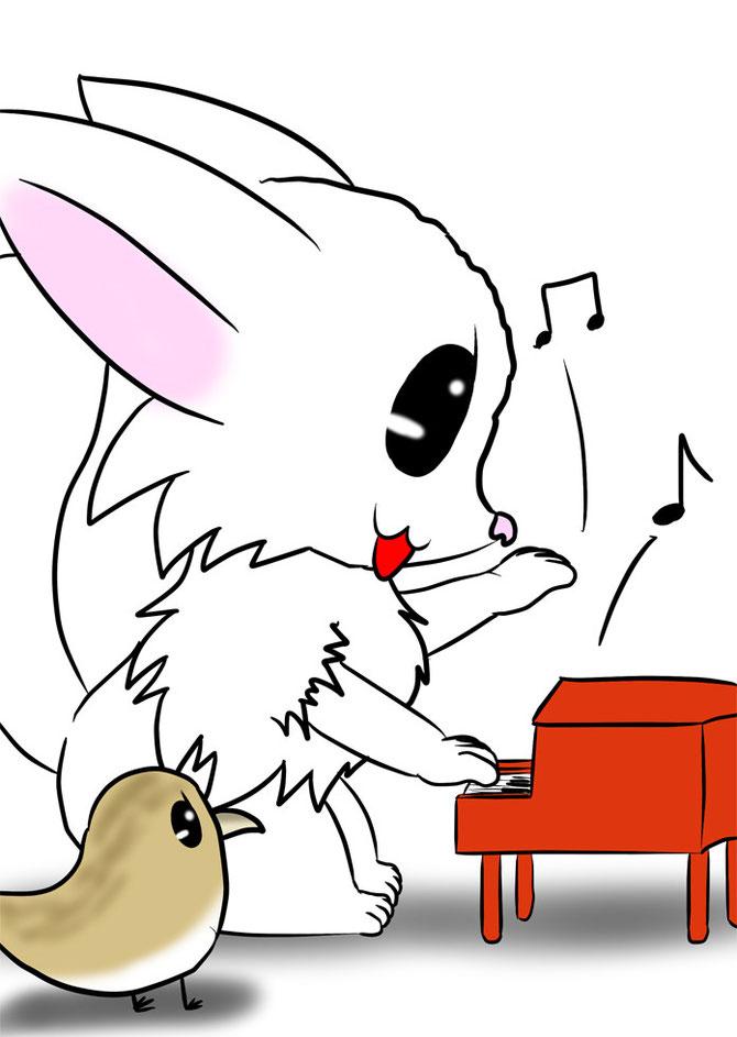 おもちゃのピアノを弾くマンチカン猫 傍らでそれを眺めるうずらのヒナ