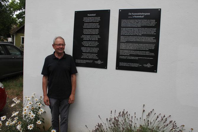 """Herbert Fidesser vor seinem Gedicht im """"Nusswäudl""""."""