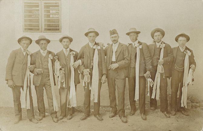 Platter Kirtagsburschen (Aufnahmedatum: ca. 1913 - 1914), von links: unbekannt, unbekannt, Theodor Windisch (*1893), Johann Plattner (*1893), Josef Wanek (*1892), unbekannt, Georg Holzschuh (*1893), Franz Mayer (*1893)