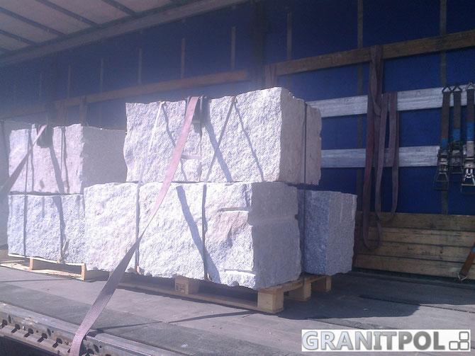 Büschung mit Granitblöcken stützen Mauer
