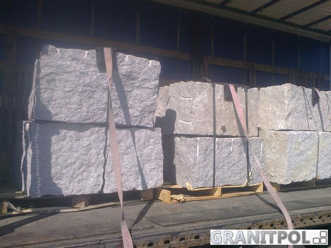 Hangbefestigung mit Granitblöcken errichten