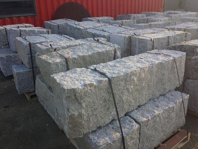 Stützwand aus Granit setzen