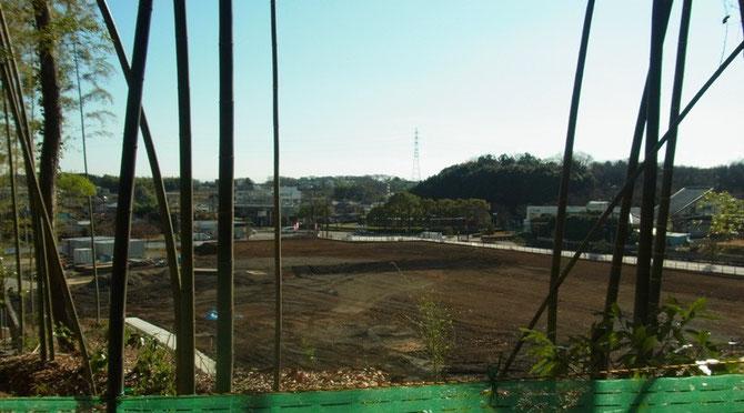 ほぼ完成した病院敷地 遠方中央に慶応大学バスターミナルを見る