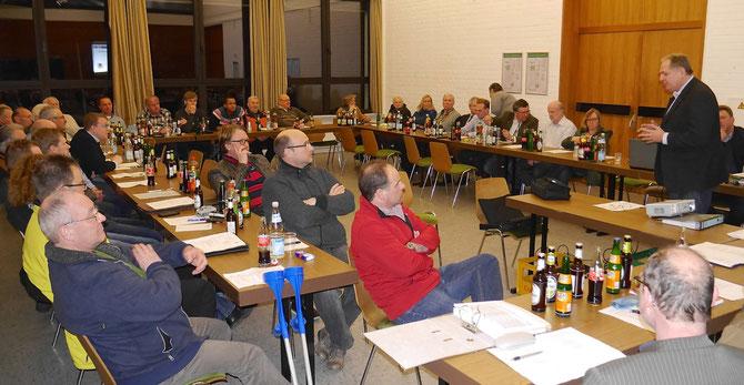 Rainer Staffa aus Kubach präsentierte das Projekt Kunstrasen im Weilburger Stadion