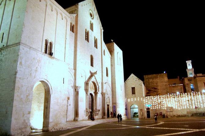 A due passi dalla Basilica, dalla Cattedrale, dal Castello, dal porto, dal centro di Bari. Una passeggiata nel cuore della città vecchia a due passi dalle vie più importi della città di Bari, via Sparano, corso Vittorio Emanuele, vicino anche alla Fiera.