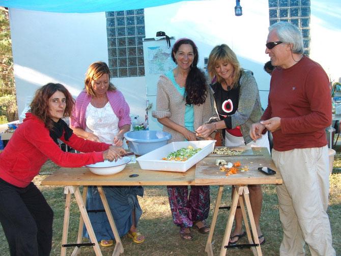 ¡A la rica ensalada...! Grupo de cocina con las manos en la masa... Pirinea 2012.