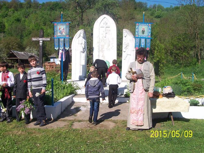Покладання квітів до пам'ятника загиблим воїнам