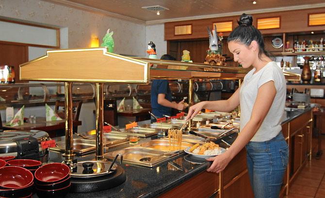 Knusprige Vorspeisen, Wan-Tan, exotische Salate, gebackener Fisch und leckere Desserts!