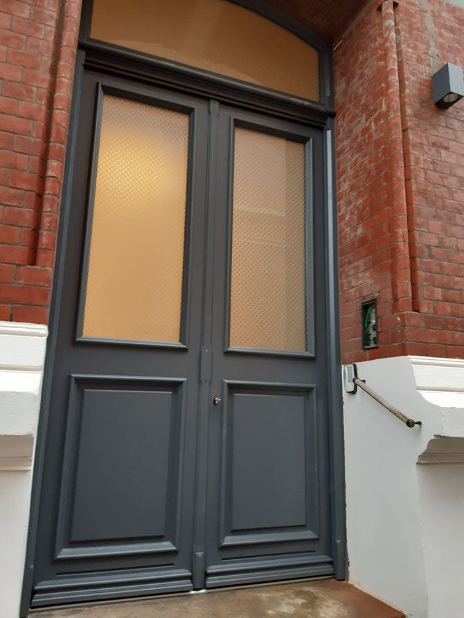 2-flügelige Haustür mit Stichbogenoberlicht, nach Denkmalschutz-Vorgaben, in einem Gründerzeithaus in Hamburg