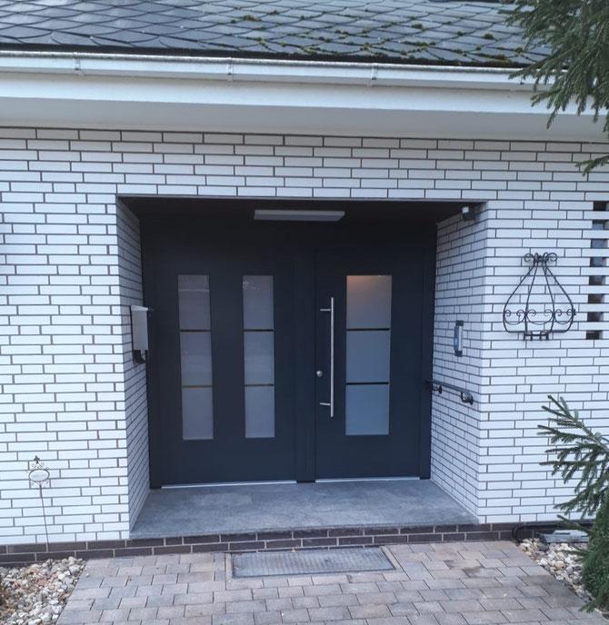 Design Haustür mit Edelstahl-Elementen und satiniertem Glas, Oberfläche RAL 7016