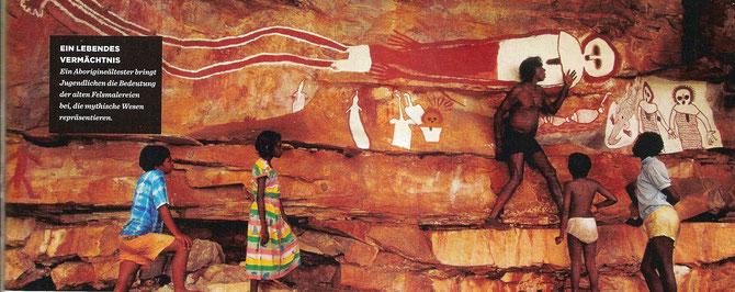 Ein Aborigines Ältester bringt Jugendlichen die Bedeutung der alten Felsmalereien bei, die mythische Wesen repräsentieren