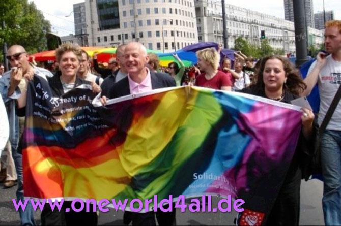 Bild: Foto: Gleichheitsparade Warschau 2006 CSD Solidarität  Homophobie  Europa, Lissy Gröner, Michael Cashman,iWarschau 2006 - Solidarität gegen Homophobie in Europa, Lissy Gröner, Michael Cashman,