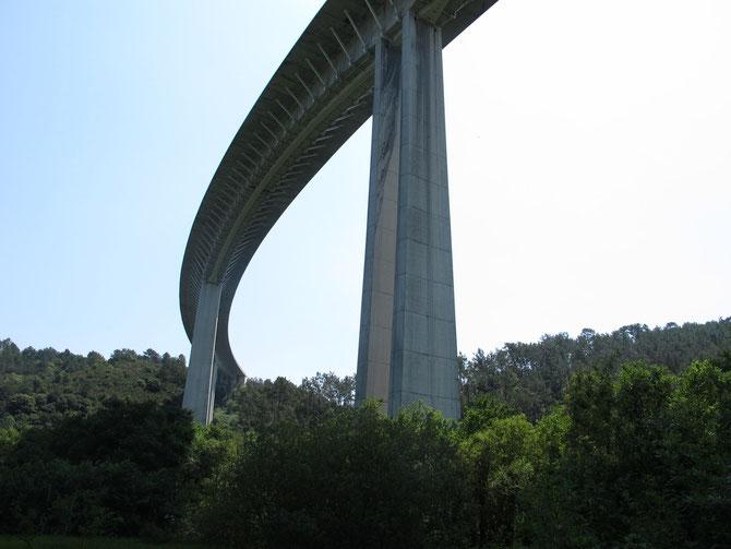 Die Autobahn schaut von unten imposant aus.