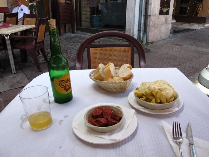 Nach paar Gläser man kriegt Appetit auf asturianischer Gericht.