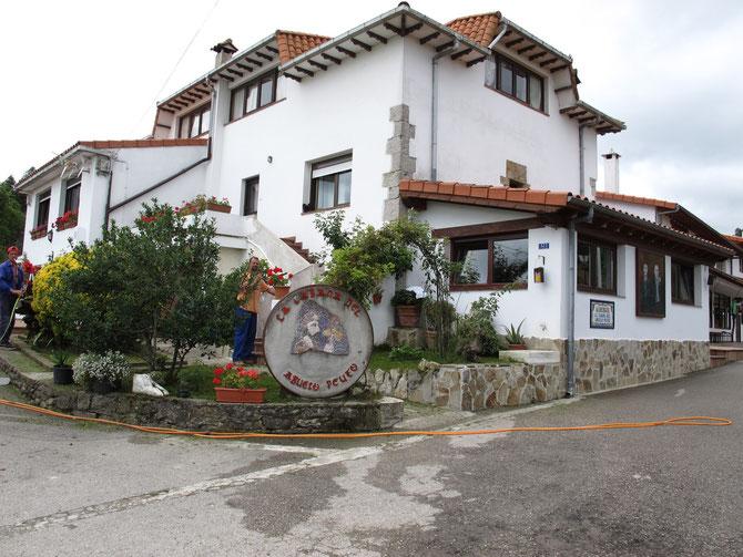Padre Ernesto Bustio hat sein Haus in Güemes in Pilgerherberge umgebaut. Der Pilger bekommt hier gute Unterkunft inclusive Frühstück, Mittagessen und Abendessen alles auf Spendenbasis.