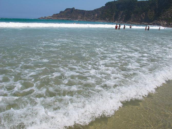 Im August ist Wasser in Buchten von Biskaya angenehm zum baden.