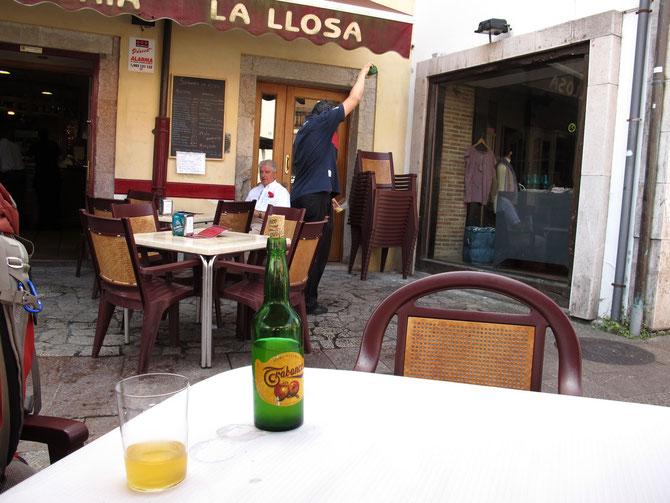 Sidra ist der beliebtester Getränk in Asturien. Es wird eingeschenkt aus über meter Höhe und sofort noch schäumend getrunken.