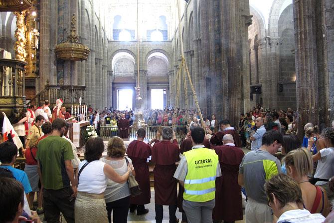 Der 1.60 m großer Weihrauchfaß wird mit hilfe von 6 Männer quer durch die ganze Kathedrale geschwenkt.