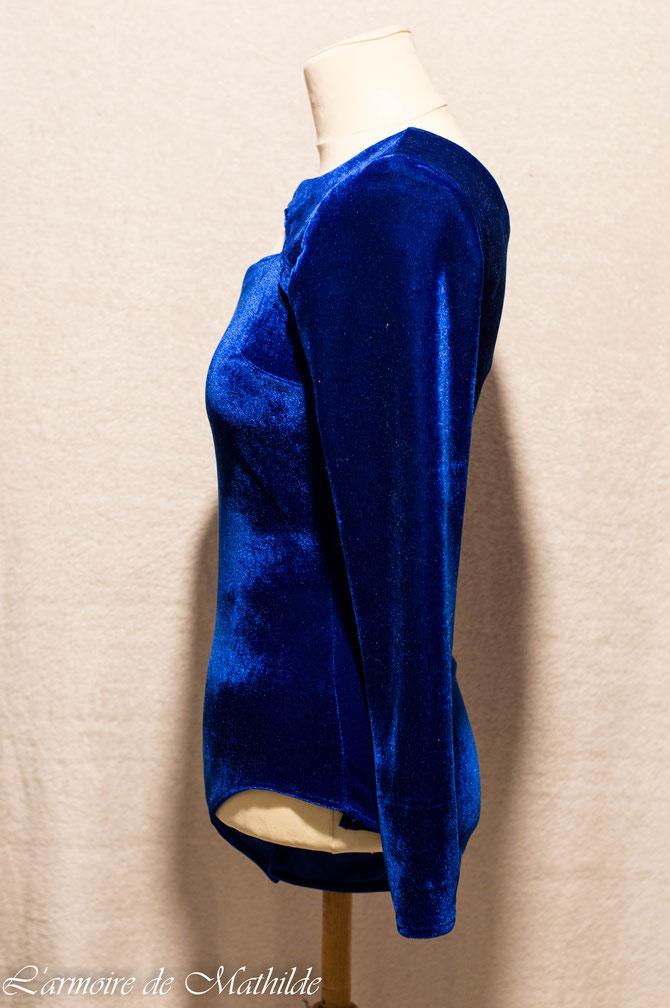 Body en velours bleu vu de profil