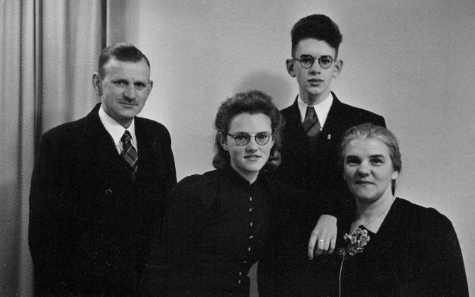 Aart van Meerkerk, Christina Hendrica van Meerkerk, Arie van Meerkerk en Dirkje Dina Molenaar omstreeks 1940