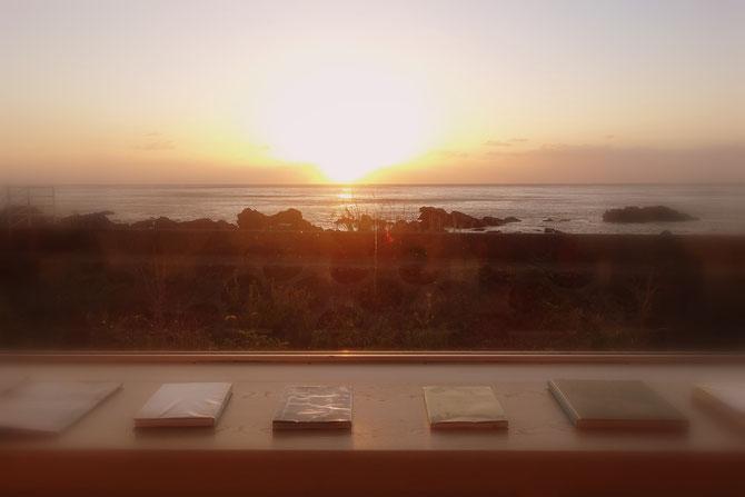 UTOKO-星野リゾートの図書室からの眺め。太平洋の日の出の瞬間です。